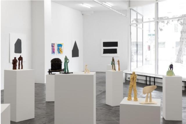 Ein Blick in die Ausstellung von Simone Fattal bei Karma International