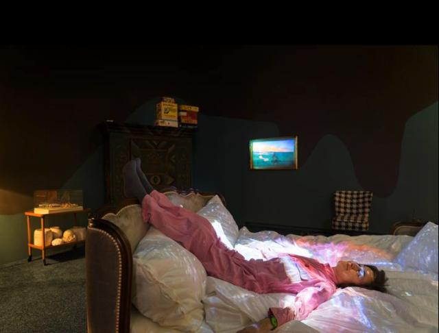 Nicht nur Künstlerin darf sich in ihr Bett legen - die Laken werden gewechselt . Foto L. Huber