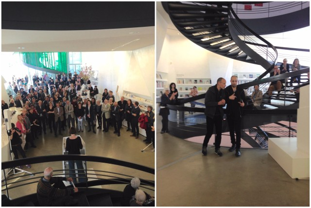 Nach getaner Arbeit das Fest: Vernissageansprache in dem von Herzog & de Meuron gestalteten Vestibül des Aarauer Kunsthauses, die beiden fotoscheuen Künstler Gusmao und Piva