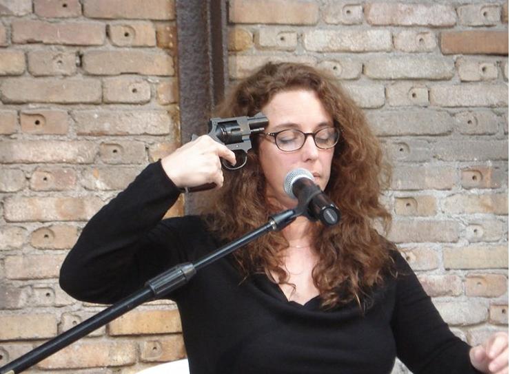 In ihrer Performance «Self Sabotage» in Paris und Venedig 2009 spielte Tania Bruguera während eines Vortrags, in dem sie ihre Gedanken zur politischen Kunst darlegt, russisches Roulette mit sich selbst. (Foto: via chicagoartmagazine.com)