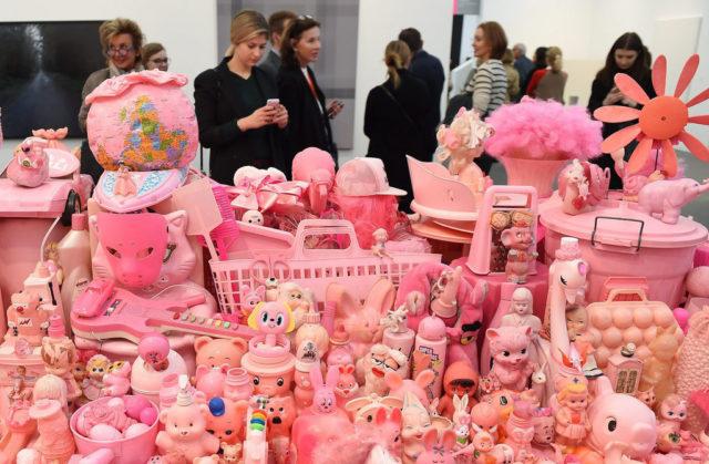 Auch eine Neuauflage: Portia Munsons «Pink Project: Table» (1994/2016) an der diesjährigen Frieze in London. Munson zeigte das Werk zum ersten Mal 1994 an der legendären «Bad Girls»-Ausstellung. Foto: Andy Rain (Reuters)