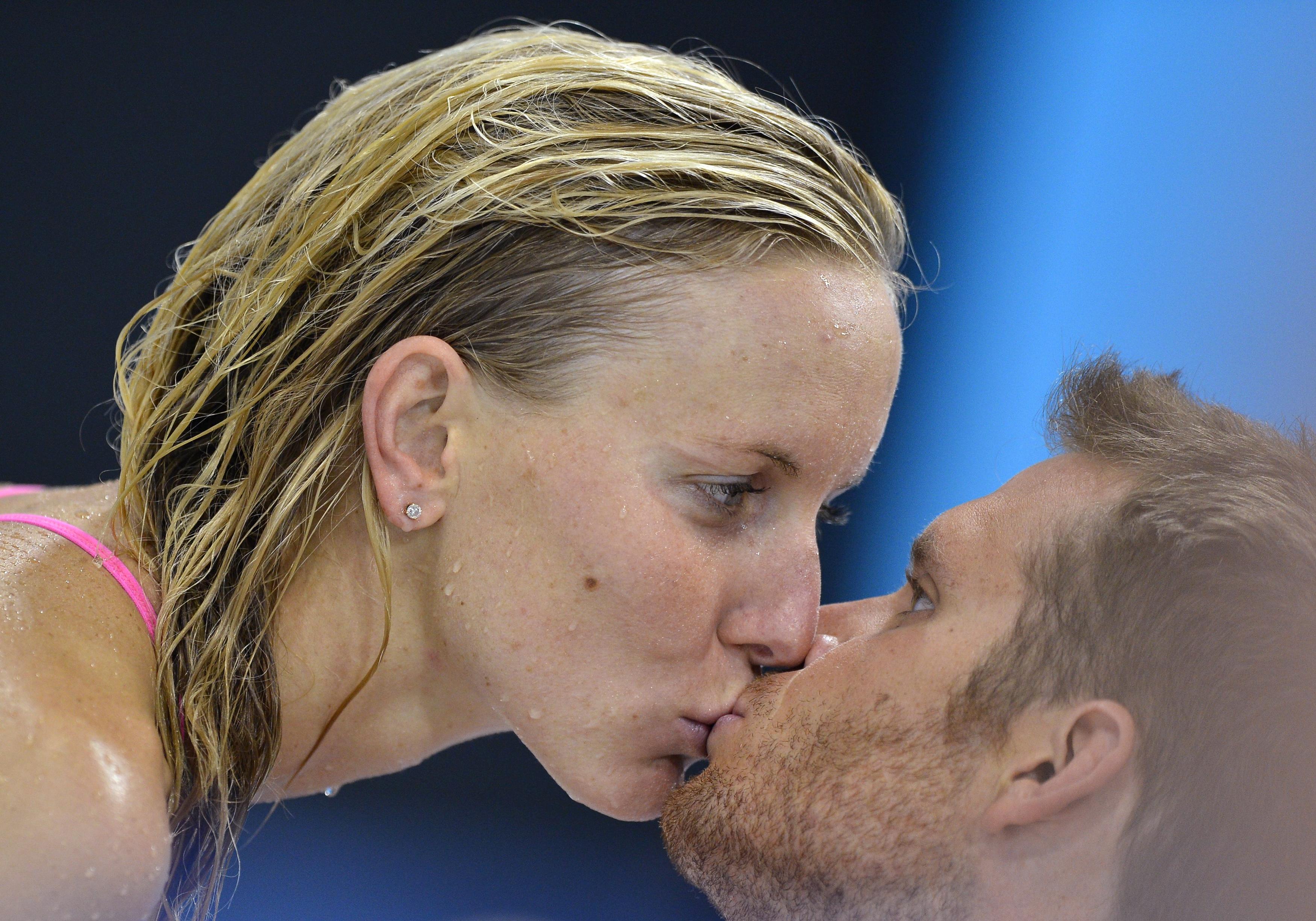 Wenn sich Athleten küssen: Der Schweizer Schwimmer Dominik Meichtry und seine Freundin Jessica Hardy ( - RTR35DTY