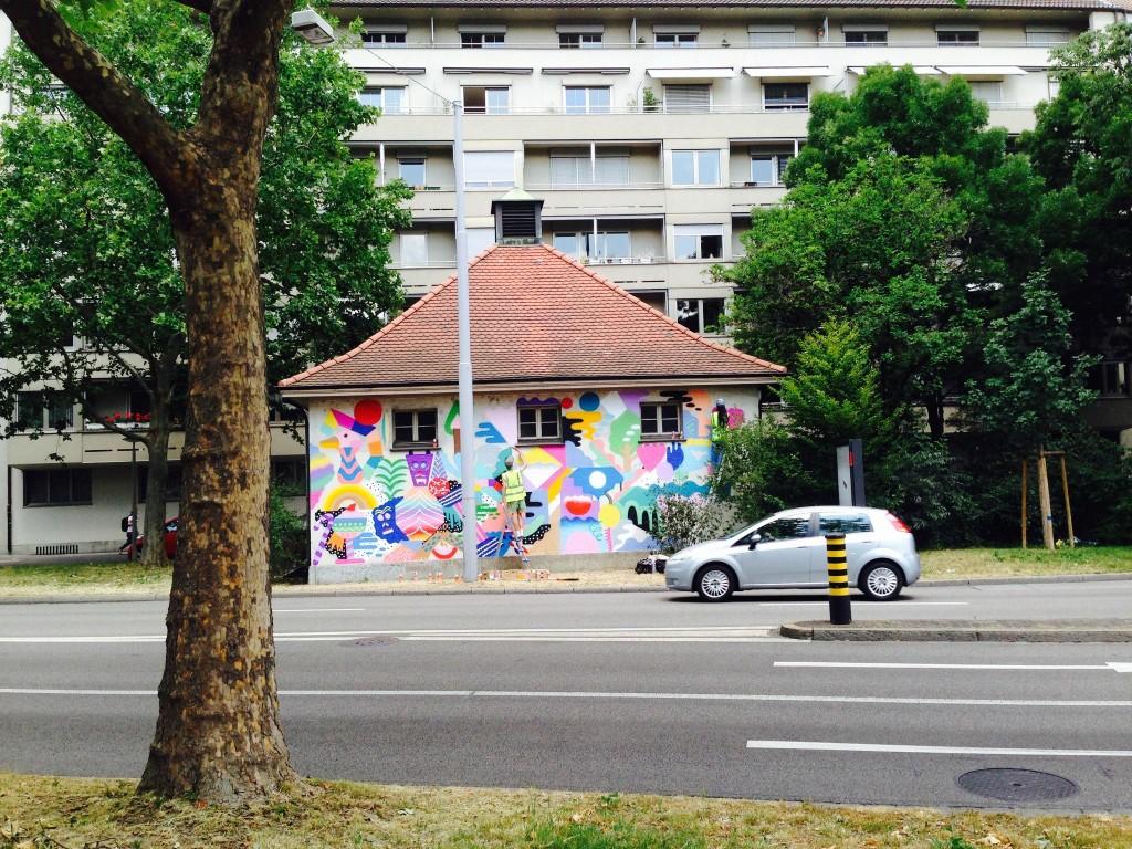 «Artstübli»-Projekt im Öffentlichen Raum: Das Graffiti von Zosen y Mina auf dem IWB-Häuschen am Hohlbeinplatz.