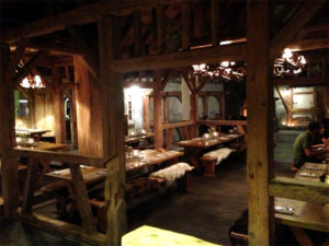 Swissness wie eine Filmkulisse: Dekor im Alpenrock House.