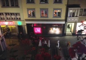 Sicht aus dem Fenster, mitten ins Niederdorf.