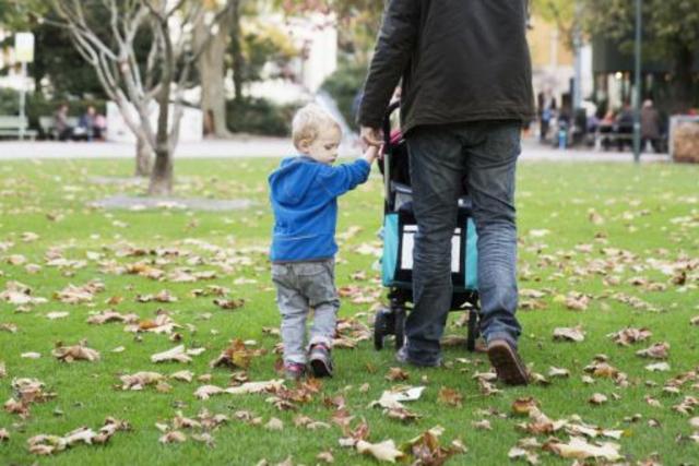 David Sarasin hat es mit seinem zweijährigen Neffen Luc ganz ohne Tränen bis in die Bäckeranlage geschafft. Foto: Sophie Stieger