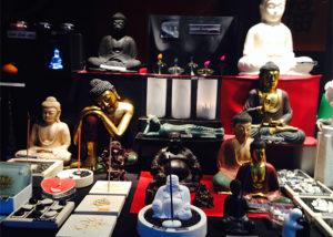 Weltfrieden zum Mitnehmen: Buddhastatuen. natürlich ist Frieden nicht billig.