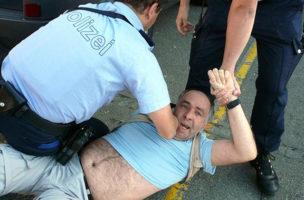Miklós Klaus Rózsa bei der Verhaftung, die die er bis vors Bundesgericht gebracht hat. (Bild pressefreiheit.jimdo.com)