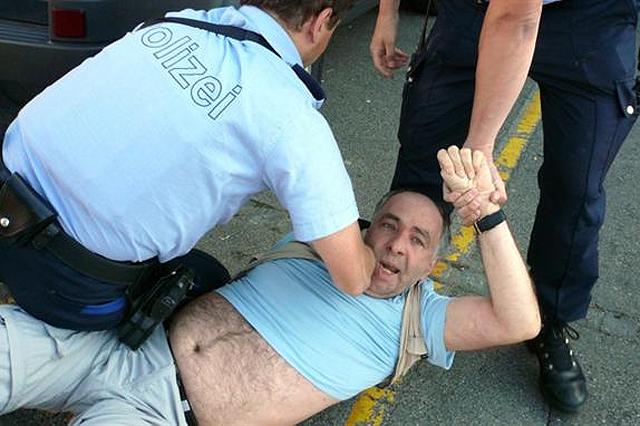 Miklós Klaus Rózsa bei der Verhaftung, die die er bis vors Bundesgericht gebracht hat. (Bild susann.wach/photoscene)
