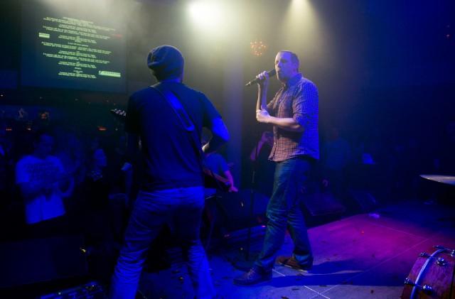 Zieht sein Ding durch: Unser Autor am Mic, begleitet von Karaoke-from-Hell-Gitarrist Boris Müller. Foto: Reto Oeschger