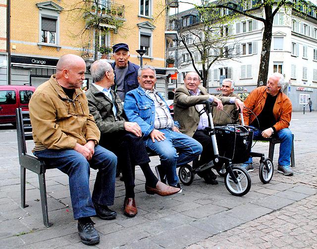 Trotz fünfundvierzig Jahren Arbeit nicht genug Rente, um den Abend in einer Beiz zu verbringen. Männer auf dem Marktplatz