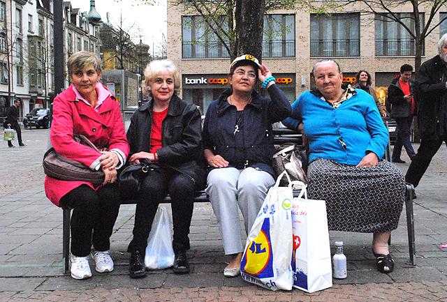 Frauen auf dem Oerliker Marktplatz