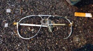Vor der Tür die Reste der rosa Brille, die das Partyleben erträglich macht.