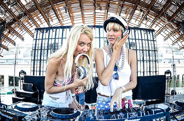 Das DJ Duo Nervo mit eigenem Lovemobile an der Parade.