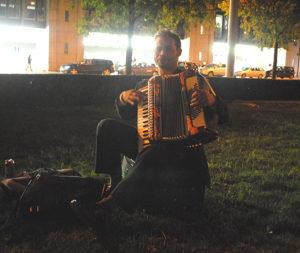Der Akkordeonspieler aus Bukarest spielt nachts als wärs Nachmittag.