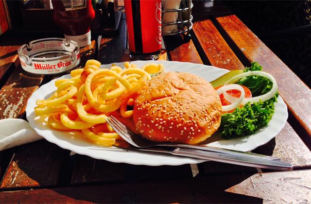 Bluecheese Burger im Hooters. Sexy.