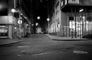 Nicht einmal New York ist vor der Entwicklung sicher: Der Finanzdistrikt ist erneuert und nach 18 Uhr tot.