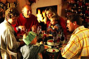 Mit ausreichend Alkohol ertragen die meisten sogar das Singen von Weihnachtsliedern.