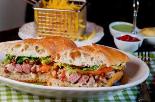 Bezahlbares Mittagessen für Fleschliebhaber: Steaksandwich