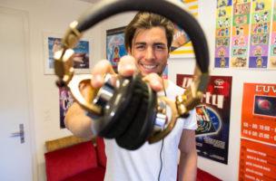 Er kann Kpfhörer in die Kamera halten, also ist er ein DJ. (Bild: 20minuten.ch)