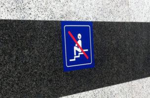 Schützt uns vor dem Untergang der Zivilisation: Sitzverbot im Bahnhof.
