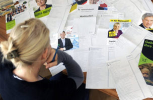 Papierflut ohne nachweisbare Wirkung: Wahlflyer im Briefkasten (Bild SRF)