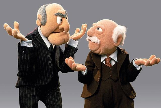 Ältere Männer führen ein Gespräch zu Feminismus, ohne dazu gezwingen zu werden.
