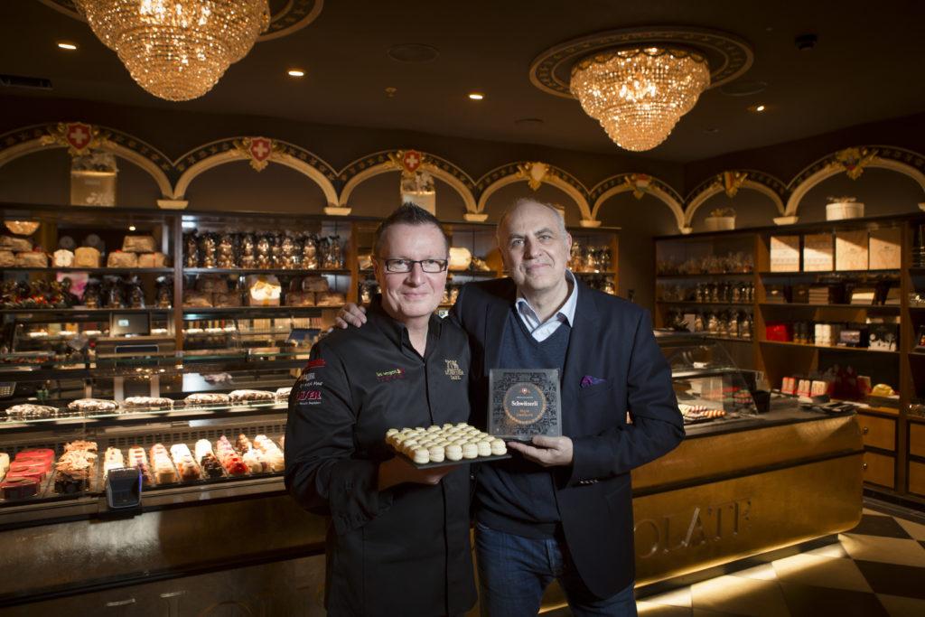 Rolf Mürner (l.) und Riccardo Breciani: Kampf der Konditoren im Shop-Ville. Im neuen House of Chocolate gibt es Macarons namens Schwiizerli. Eine Kampfansage an die Luxemburgerli. (Foto: Dominique Meienberg)