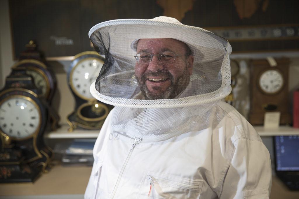 Seit Jahrzehnten verkauft René Beyer Uhren. Seit bald einem Jahre züchtet er als Hobbyimker aber an der Bahnhofstrasse auch Bienenvölker hoch über Zürichs nobler Einkaufsmeile. (Foto: Esther Michel)