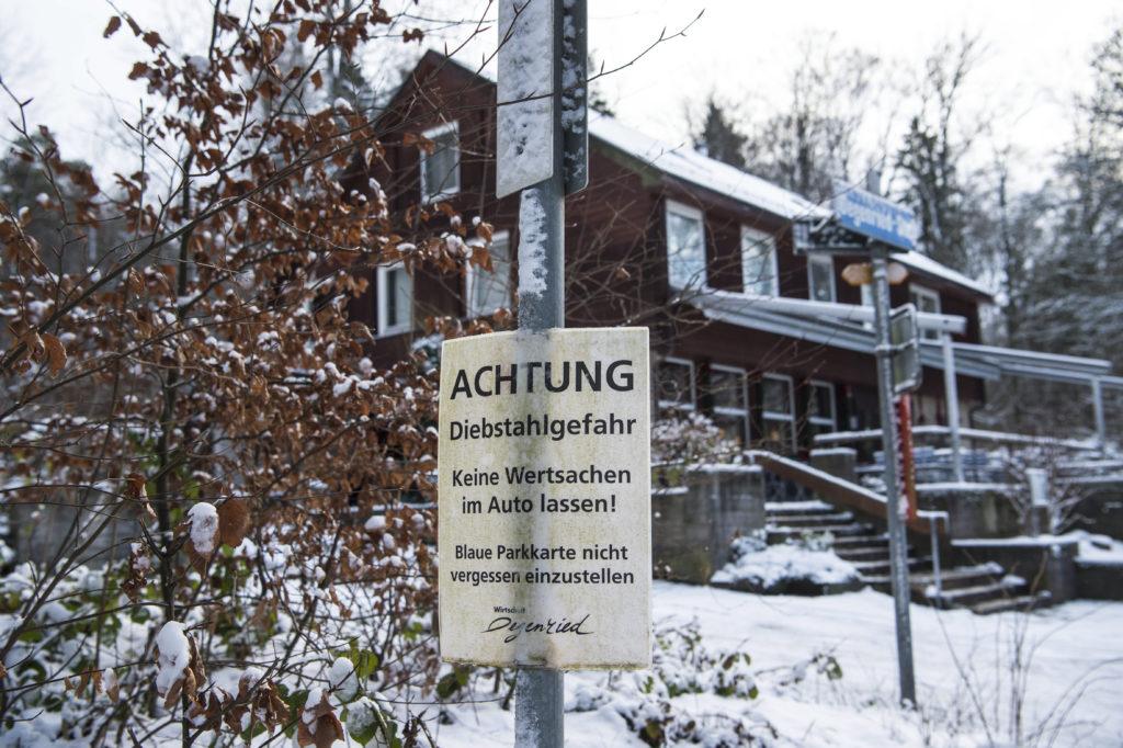 Auf Parkplätzen im Adlisbergwald sind regelmässig Diebe am Werk und knacken Autos. Die Stadtpolizei rückt deswegen nicht aus. Deren Sprecher Marco Cortesi erklärt den Grund. (Foto: Reto Oeschger)