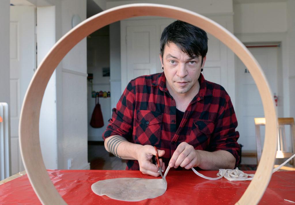 Urs Lüthi hat ein seltenes Hobby: Er baut in der Freizeit sogenannte Rahmentrommeln. Dabei hält er sich an einen Merksatz. (Foto: Doris Fanconi)