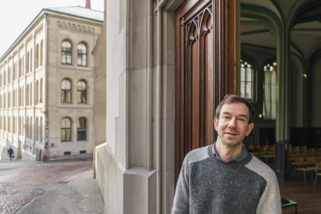 Theatermann Martin Wigger studiert Theologie und will das Kulturhaus Helferei neu positionieren. Für die Prüfungen büffelt er nachts und morgens in der S-Bahn. (Foto: Tom Kawara)