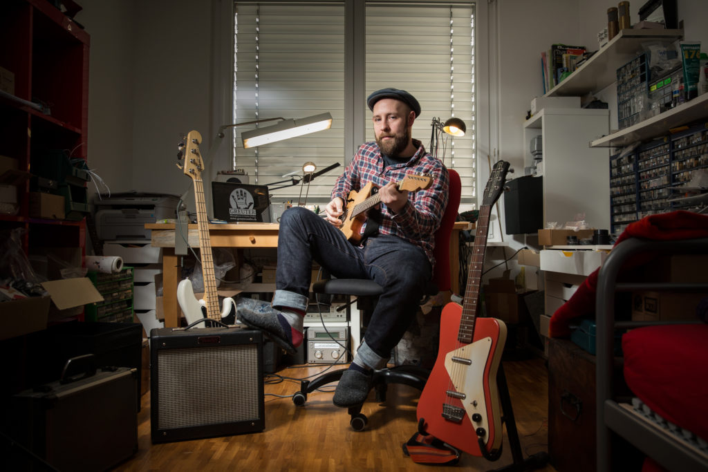 Sascha Greuter stellt als Einziger in der Schweiz Effektgeräte für Gitarren her. Und probiert sie aus, wenn Frau und Kind neban schlafen. (Bild: Dominique Meienberg)