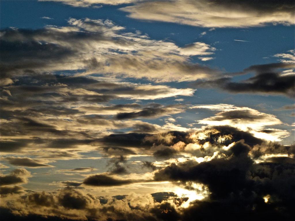 Der Himmel zeigt oft grosses Spetakel: Mal expressiv, mal subtil. Die Schau wechselt ständig und ist gratis, schreibt TA-Redaktor Jürg Rohrer. (Foto: Jürg Rohrer)