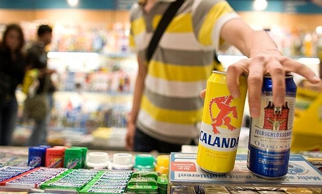 Sieben Franken für ein bier von Heineken. Lassen sie sich nicht von der Etikette täuschen.