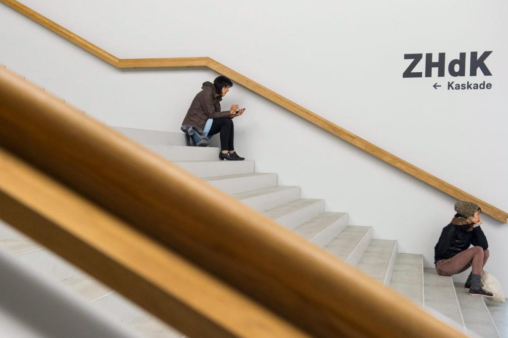 Seit knapp zwei Jahren befindet sich die Zürcher Hochschule der Künste (ZHDK) auf dem Toni-Areal. Das Gebäude ist ein Prunkbau, der mehr als 500 Millionen Franken verschlungen hat. Und seit seiner Eröffnung für viel Ärger sorgt. (Foto: Ennio Leanza/Keystone) Zum Artikel
