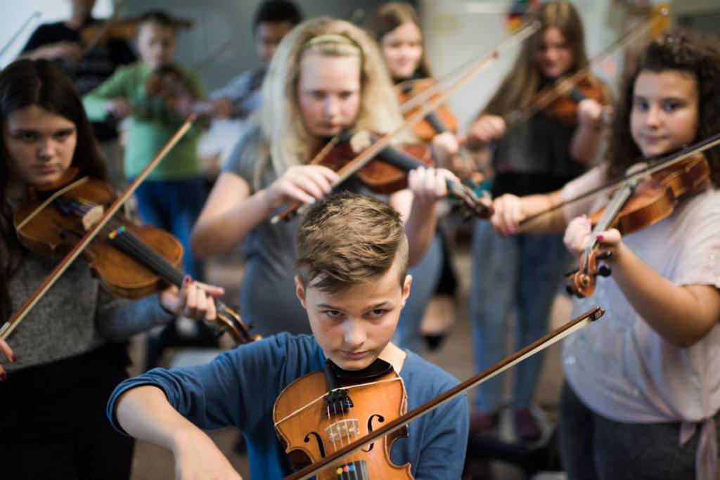 In Winterthur wird auf Musik gesetzt: iM Schulhaus Rebwiesen ist das Musizieren, beziehungsweise das Geigenspiel ein pädagogischer Eckpfeiler. Es fördert Konzentration und die Integration von Ausländerkinder. (Foto: Urs Jaudas) Zum Artikel