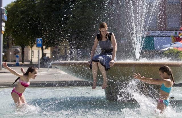Baden im Reichtum: Kinder im Trinkwasserbrunnen.