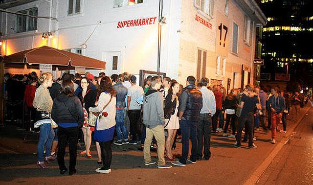 Schon einige Generationen Clubber standen hier für eine vergnügliche Nacht an. (Bild: tilllate.ch)