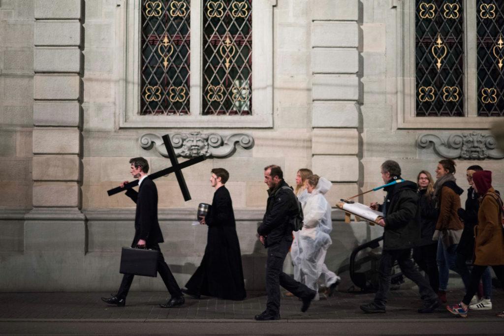 """Die Künstlergruppe """"Zentrum für politische Schönheit"""" performt im Stück """"Roger Köppel - Eine Abschiebung"""", aufgenommen am Freitag, 18. März 2016, in Zürich. (Tages-Anzeiger/Urs Jaudas)"""