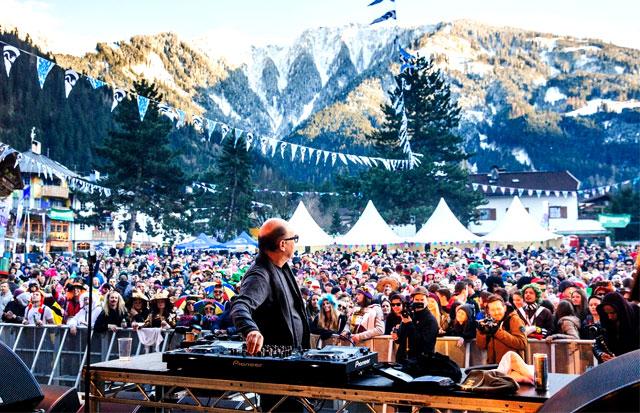 Partys in den Bergen sind Tourismusattraktionen.