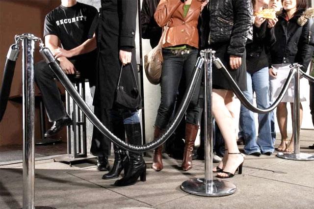 Gäste erst eine Stunde warten lassen und dann evt. abweisen: Das können sich nur Clubs leisten.