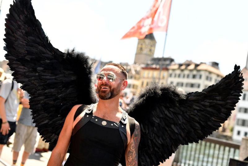 Stolze Flügel an der Zürcher Pride 2017.
