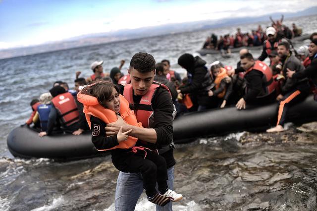 Diese Familien gehen sicher wieder aufs Boot, weil sie vom Sozailhilfestopp erfahren haben.