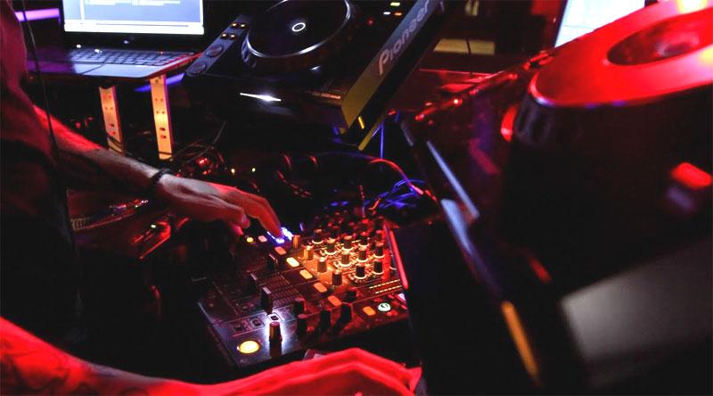 Das DJ- Pult wandert in die Mitte: Kleine Umstellungen im Bellevue.