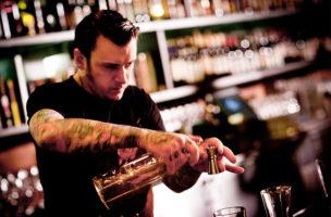 Ein Künstler am Drink, aber unfreundlich und abweisend.