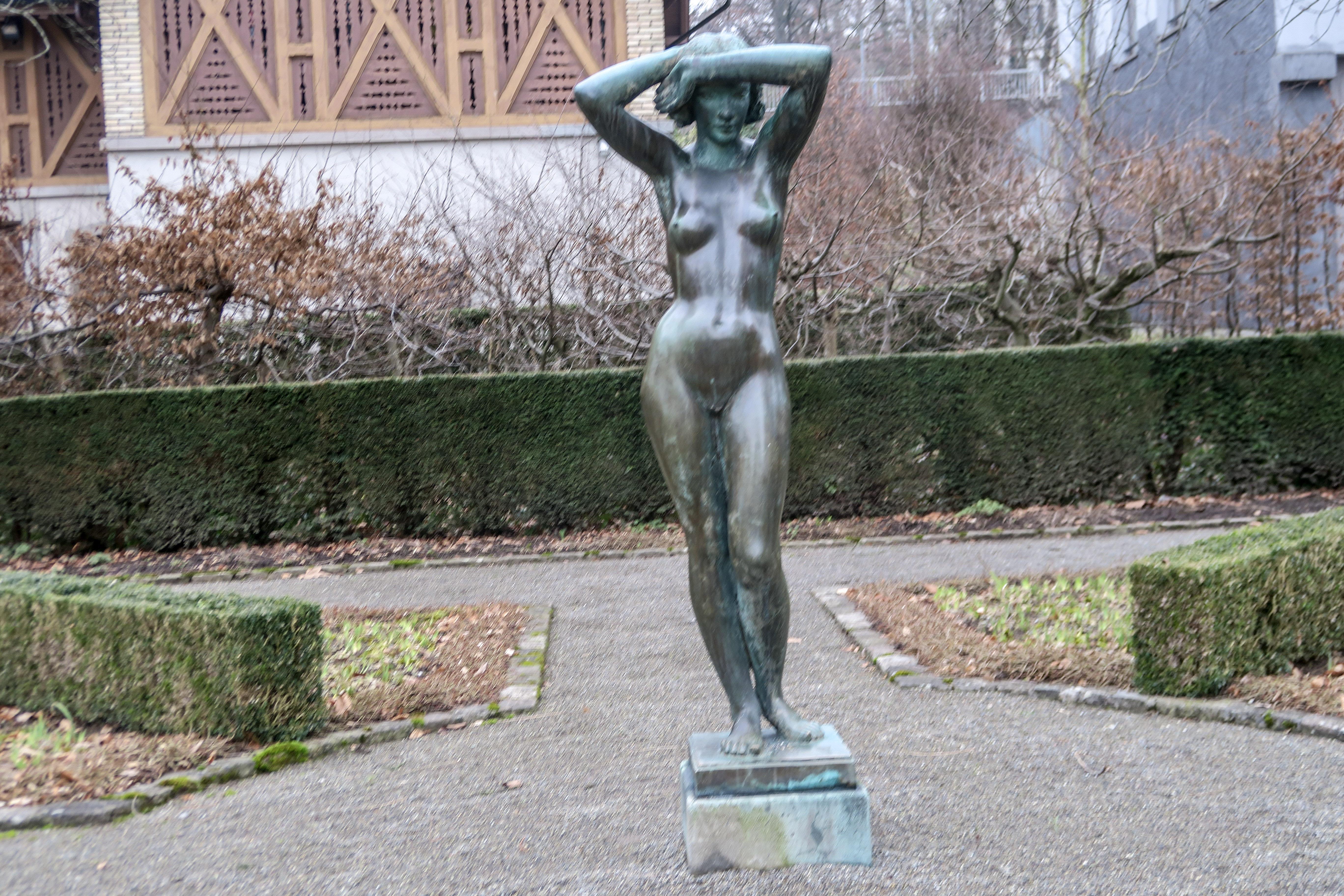 Frauen laufen nackt durch die stadt