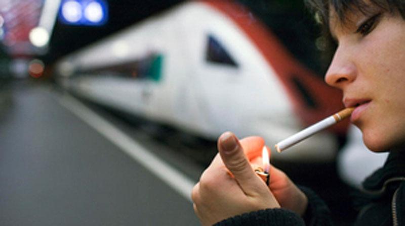 Man kann seine Zigi auch vor dem Bahnhof rauchen.