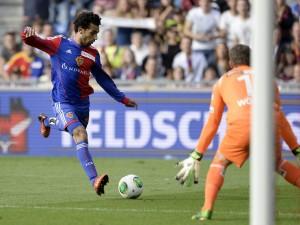 Basels Mohamed Salah setzt zum Schuss an. 1. September 2013. (Keystone/Georgios Kefalas)