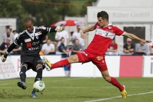 FC Sions Dario Vidosoic (rechts) erkämpft sich den Ball im Spiel gegen den FC Wohlen. 15. September 2013. (Keystone/Alexandra Wey)